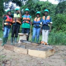equipe-de-green-connexion-posant-avec-les-echantillions-de-podostemaceae-menacees-a-transplanter-au-bord-de-la-sanaga
