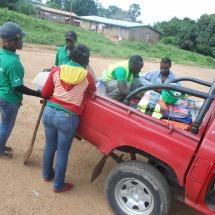 equipe-de-green-connexion-se-preparant-pour-une-descente-sur-le-terrain-a-bafia